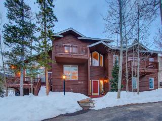 Gorgeous lodge w/ hot tub & mountain views near ski resorts!