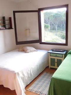 Habitación con cama doble y cama individual