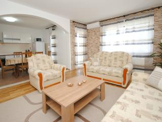 Bright & new large apartment close to beach, Kastel Stafilic