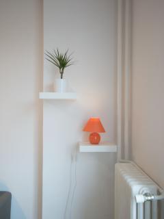 Plante verte + Table de chevet