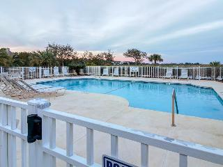 Stylish condo with marsh-facing balcony and shared pool!, Saint Simons Island
