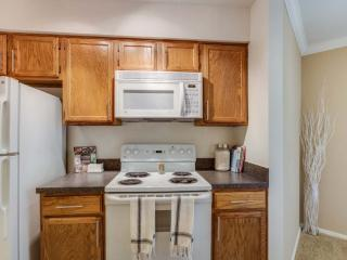 Fully Furnished 2 Bedroom, 2 Bathroom Apartment - Refreshing and Clean, Schaumburg
