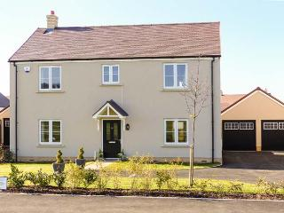 HILLVIEW, detached, en-suite shower, WiFi, enclosed garden in Alderton, Ref 915478