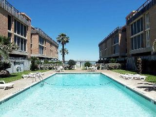 Lovely condo. Community Pool, Private Pier! Fabulous View!