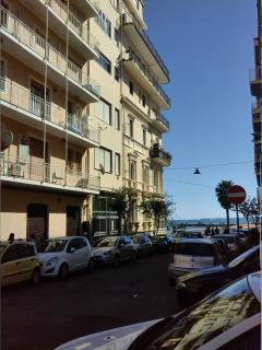 ingresso del palazzo in via Reggio 119