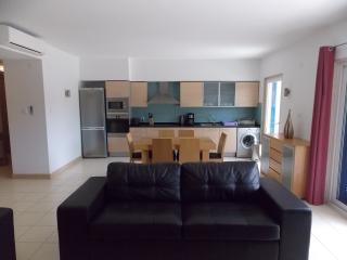 Modern large Luxury A/C 1st Floor 2 bed apt- Sleeps  6