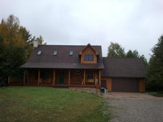 Cozy Newer Log Home backs onto Boyne River nestled into a dry bed Cedar forest., Boyne Falls