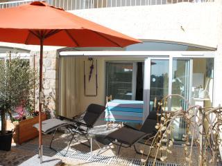véranda ouverte, parasol et 2 fauteuils relax Lafuma confortables