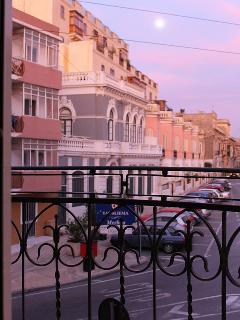Townhouse FREE Wifi + A/C in Sliema (sleeps 14)