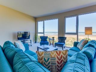 Seaside, dog-friendly condo with ocean views & shared hot tub!, Rockaway Beach
