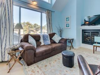 Beautiful oceanview home w/private hot tub, sleeps 8, Manzanita