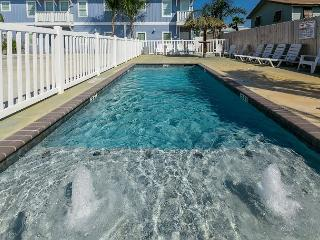 Oyster Cottage: Coastal 3 bed, 2 bath townhome w/ Pool, Close to Beach, Pets, Port Aransas