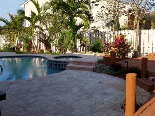 Beautiful Large Home, Heated Pool & 4 B /2.5 Bath, Davie
