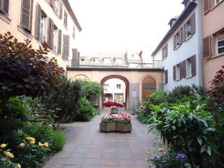 Beautiful / Clean 72m² 2BR-FLAT in Historical Buildng & Garden View, Parking
