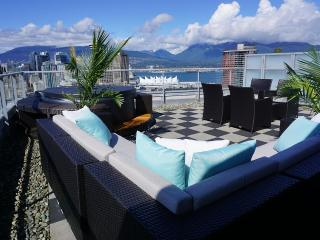 Luxury downtown penthouse w/ amazing deck & hotub, Vancouver