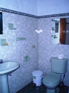 Baño en habitación cuadruple cabaña para 11 pax