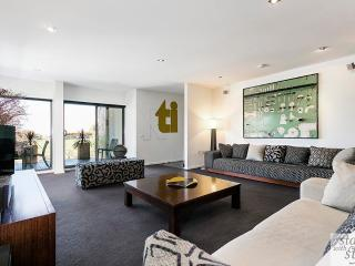 Light-filled Luxury - Spacious 3 Bedrooms, Elwood