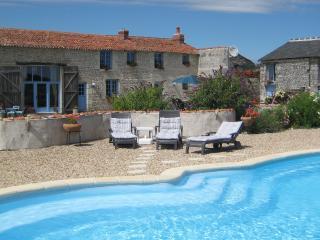Luxury Farmhouse, Private heated pool, Free Wifi, Faye-la-Vineuse