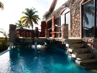 Honeymooners Luxury hideaway, sea and piton view, Soufriere