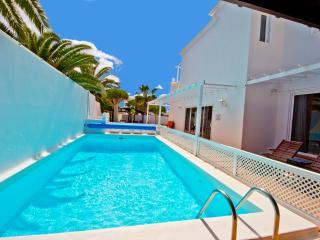 Villa de la Luz. 4beds & 4baths. Central location.