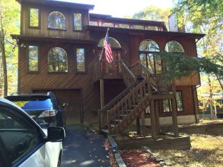 4BR/ 4BA Lakefront House w/HOT SAUNA & Fireplace!, East Stroudsburg