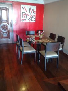 Mesa de jantar para 6 pessoas.
