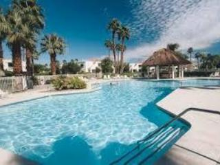 BNP Tennis 2 Bdrm, 2 Bath Condo with a BIG POOL!, Palm Desert
