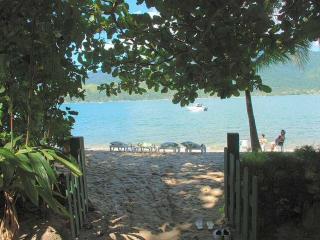 Casa em praia privada, pé na areia, c/ar e jardim