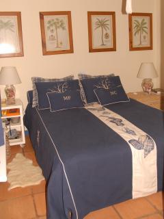 Quarto 4) Suíte com cama de casal queen  e banheiro completo