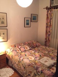 Quarto 8) Suíte com cama de casal