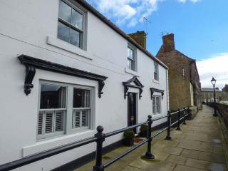 THE PREACHER'S HOUSE, luxury historic cottage, harbour views, WiFi, excellent location in Berwick Ref 934152, Berwick-upon-Tweed