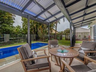 AC, wifi, Foxtel, pets, 4 min walk to beach, pool table~ Sunny Coast Shack