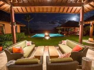 Hale Ohana - Luxury home w/Pool, Beachfront, AC