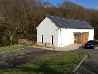 Hazelbank cottage. Riverside, hot tub in 3 acres, Girvan