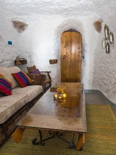 La puerta, al fondo, que da la entrada al dormitorio. Aquí el salón.