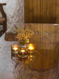 La mesa  de esta cueva es una artesa. Donde antiguamente se amasaba la harina.