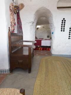 La entrada a la cueva, al fondo uno de los dormitorios.