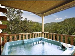 New Rates!! Near Dollywood, 3BR, 2BA, Mountain View, Hot Tub, WiFi, Pigeon Forge