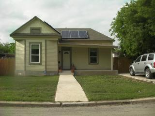 Pet Friendly Solar Victorian near downtown sleep 4, San Antonio