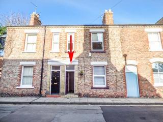 FLAT 1, all ground floor, permit parking, patio, dog-friendly, in York, Ref 920657