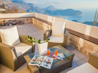 Villa Andjelika - Three Bedroom Apartment with Pool and Sea View, Petrovac
