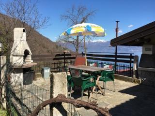 Bilocale vista lago nella natura, Ghiffa