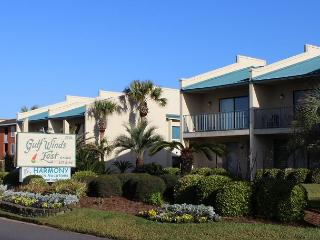 Gulf Winds East 33, Recently updated and a short walk to the beach!, Destin