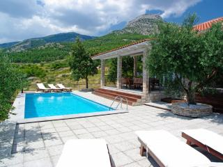 Three bedroom vacation home Sole in Bol with pool - surrounded by olive trees