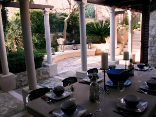 Renovated Stone Villa, Charming Dining Terrace, Outdoor Summer Kitchen & Grill