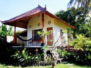 Bali Bungalow 2 with sea view and restaurant, Seraya