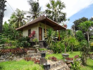 Bali Bungalow 1 with sea view and restaurant, Seraya