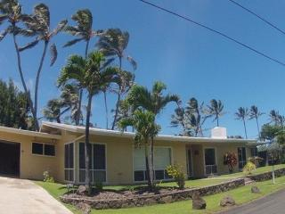 Ohana Terrace - w/ AC, huge yard, steps to beach,, Kailua