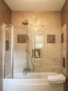 Bagno Suite BACH: dettaglio vasca idromassaggio con doccia