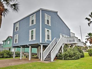 Low Summer Weekly rates!! Roomy & Cheerful 4BR Galveston House in Pirates Beach w/Wifi, Large Decks & Serene Views Facing the Water - Only a 2-Minute Walk to the Beach! Near Moody Gardens & Many Other Major Attractions!